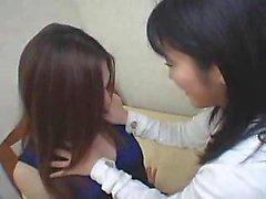 Deux dames passionnées asiatiques se livrent à des torride lesbiennes sexe o