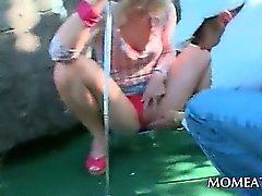 De bébé attrapé chier crochets de plein air avec un ergot noire sexy