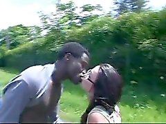 Frans meisje neukt afrikaanse in de auto en de bushalte