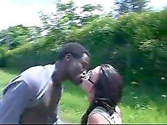 Menina francesa fode africano no carro e ônibus
