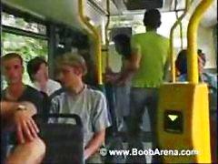 Busty brunett är på bussen och suger hans kuk innan jävla