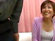 Азиатский Wife пробует найти своих мужей петух