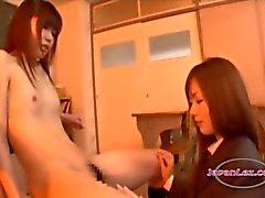 Schoolgirl Com Mamas Minúsculas Kissing Nipples sugado Corpo e bichano lambido na cadeira em O Classroo