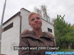 PublicAgent piercing en la lengua folla rubia en público