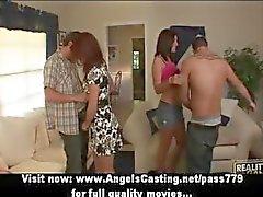 Swinger çiftler ortakları ve tatlı konuşuyor anahtarlama ve öpüşme