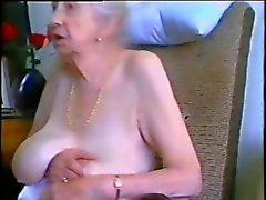 Granny dai capelli grigi e il bei seni