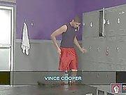 Vince Купера получает занят с некоторыми дилдо в раздевалке