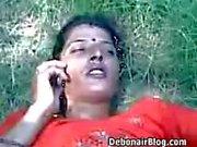 du village indien la fille la baiser dans feilds