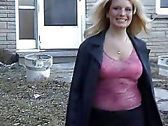 Chubby Gemahlin Blinken enorme Boobs In ihrem Garten