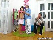 Anna sitzt mit ihrer Mann auf ihrem Zimmer wie eine Jungfrau und er spricht