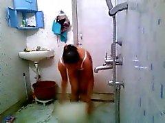 Cicciotelle con il vivace tette mostra il suo corpo nudo
