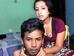 Muslim Caliente de Guy la mierda a su novia en el sofá de