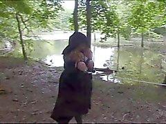BBW on kova bondage metsässä .