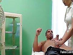 Enfermera rubia llegó corrida sobre su culo