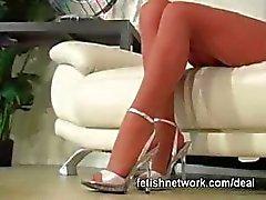 Hennes sexiga strumpbyxor fötter