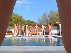 Six des poussins naked à la piscine en Russie