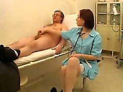 Weibliche Arzt untersucht einen Penis
