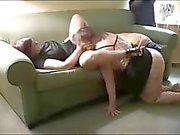 Två mogen knubbig kvinna delar en stor svart kuk i Trekant