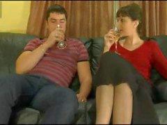 Brünett mature est accordée d'une boisson la rend patraque et de se faire baiser