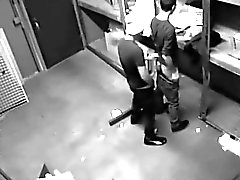 Камерой поймали двух веселые ребята толчки в сфере Склад в