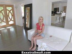 ExxxtraSmall - Rubia caliente engañado en el follar por el vendedor