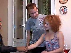 Babe russo Alice fica em seus joelhos