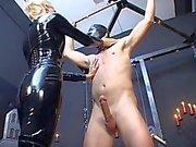 Domina em latex catsuit torturando pobre escravo