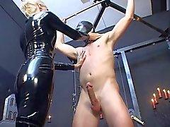 Domina i latex catsuit tortera dålig slav