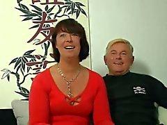 Ondeugende Duitse moeder neemt het door 2 jongens op de bank