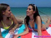 Lesbian bikini Babe cerclées et coupée aux ciseaux