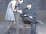 Sexslav toyed samt flogged efter hennes husbonde