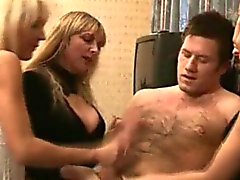 Babes Dominatrice CFNM masturbandosi tizio spento