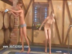 Trois babysitters russes la piscine