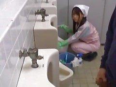 Atendente banheiro asiático está no part1 mens