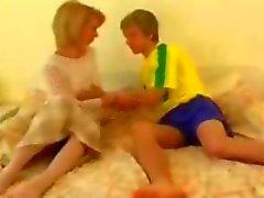 Blond Omi wird von ihrem netten Teen Freund gefickt