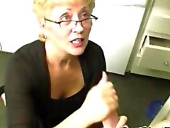 Sperma sprut älskande mormor njuter ett fett staven