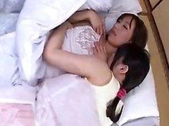 Two hänförande japanska tjejer njuta av en brinner för lesbi