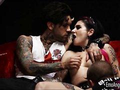 Татуированный готом двойник чучела в пизда а жопу участниками группы