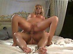 Buxom Blondine reibt sich ihre Klitoris weh, während ein hing Stud ihren Arsch bestraft