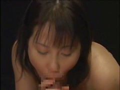 Horny belleza japonesa se lame cum fuera de una mesa después de un hardcore cara fucking disparar