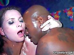 Festa di orgia di scopata gruppo duri e il sesso orale