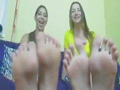 Paar große blonde Füße eines yankee amerikanisches Mädchen-Duo
