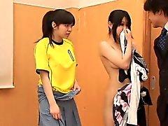 Озорной птенец маленький футбольная прикасается синиц ее подруги ,
