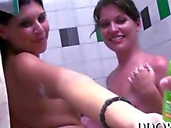 Éveiller étudiants d'université une douche et la toy ainsi