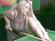 Hermosa mamá de los boobs gigante tienen una sexo en sala de billar
