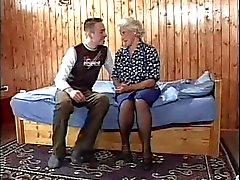 Granny einen jungen Mann