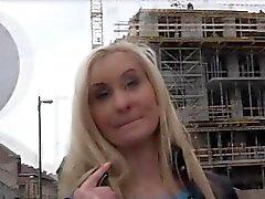 Hottie blondi nainen saa erittäin mukavaa tarjouksen käteisrahan sukupuoleen