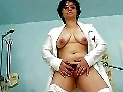 Пожилая женщина старшей медсестрой Kinky волосатые киски спр ...