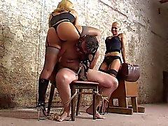 SLAVE sometido a mano de trabajo cruel de dos mistreses