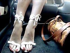pé de latinas no carro de